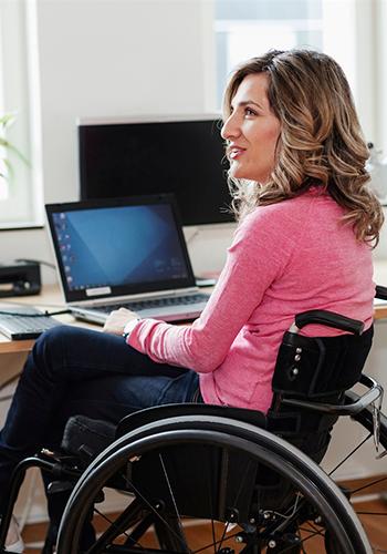 Kvinna i rullstol