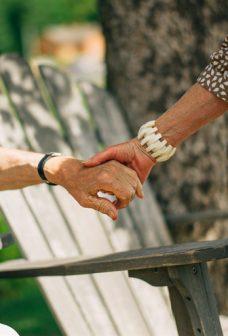äldre håller hand