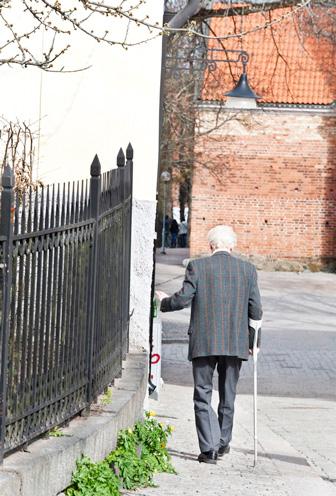 äldre man med kryckor