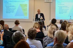 Daniel Zetterberg presenterar under seminariet