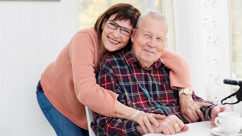 Äldre man med rullator och dotter