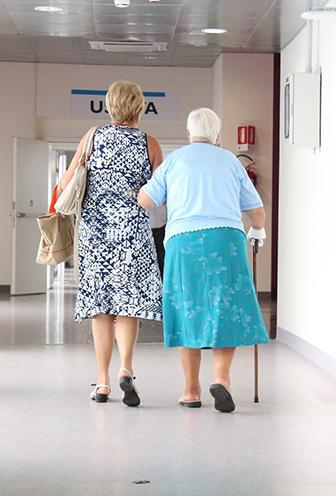 Äldre kvinnor i korridor