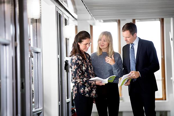 Vårdanalys generaldirektör Jean-Luc af Geijerstam och två medarbetare i en korridor