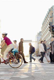 Människor som korsar en gata