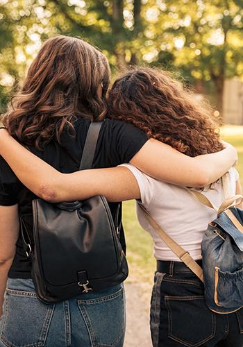 Två flickor med ryggsäck