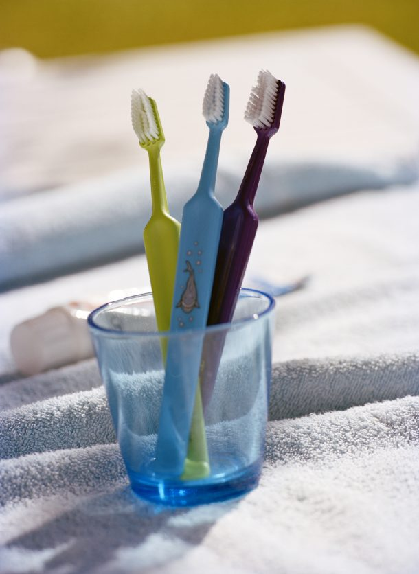Tandborstar i ett glas.