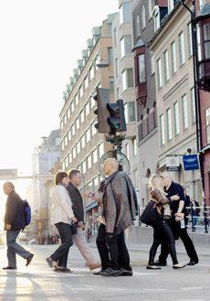Människor som korsar en gata.