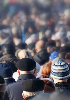En äldre man i en folksamling.